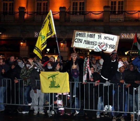 Da Israel-venner holdt en støttemarkering for Israel i Oslo 8. januar 2009 holdt noen av motdemonstrantene opp dette banneret. Teksten er en trussel om å gjenta Muhammeds massakre av de tre jødiske stammene i Hayber. (Arkivfoto)