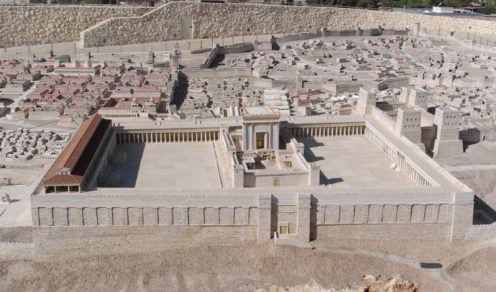 Modell av jødenes tempel som ble ødelagt av romerne i år 70 e.Kr. Palestinske ledere formidler historieforfalskning som benekter at et jødisk tempel noen gang eksisterte på tempelplassen i Jerusalem. (Foto: Berthold Werner, Wikimedia Commons)