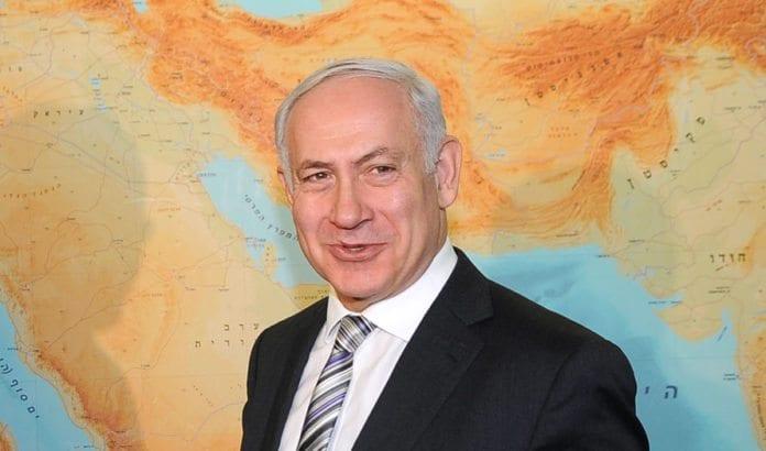 Statsminister Benjamin Netanyahu gleder seg over å lese meningsmålinger. (Foto: Νέα Δημοκρατία, flickr.com)
