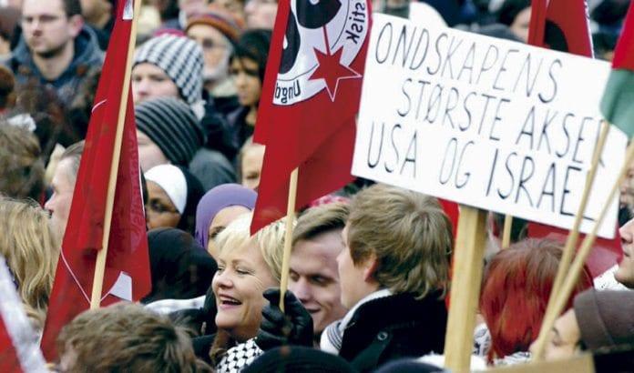 SV-leder Kristin Halvorsen var tydeligvis tilfreds med å stå under anti-israelske slagord under Gaza-krigen i januar 2009. Det er velkjent at SV går inn for boikott av Israel. Partiet støtter også arabiske krav som vil frata jødene deres eneste stat. (Foto: Terje Pedersen, ANB)