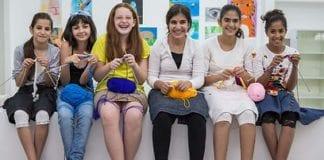 Noen av jentene i strikkeklubben i Sderot. Noa Mintz er nummer tre fra venstre. (Foto: Niv Shimshon)