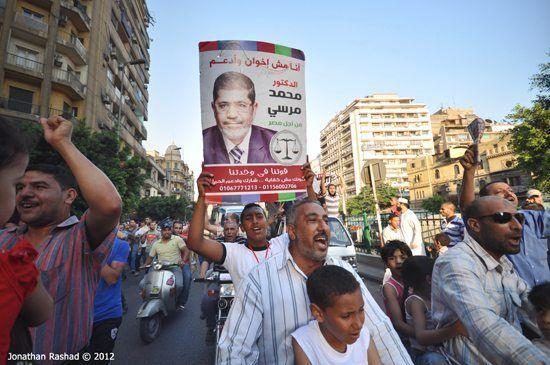 Tilhengere av Muhammed Morsi jubler etter valgseieren. (Foto: Jonathan Rashad, flickr.com)
