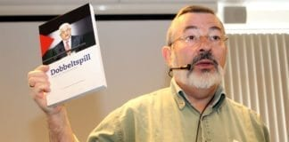Jan Benjamin Rødner viser fram MIFFs nye bok Dobbeltspill, Sviket mot fredsprosessen på MIFFs generalforsamling. (Foto: Conrad Myrland, MIFF)