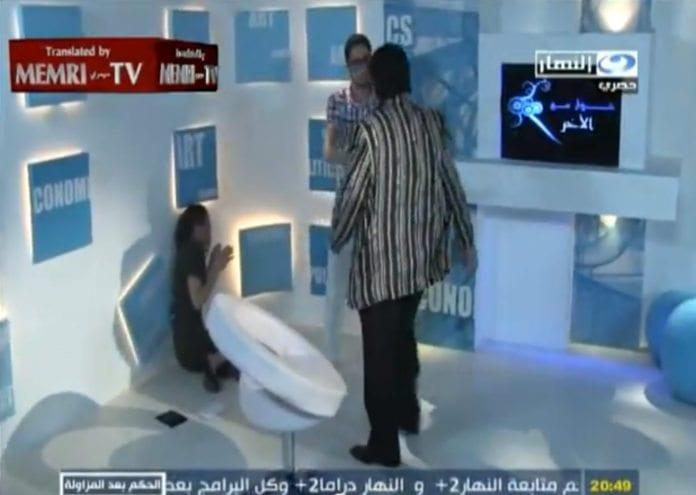 Her har skuespilleren Ayman Kandeel nettopp slått i gulvet kvinnen som han trodde var israrelsk journalist. (Skjermdump fra Al-Nahar, via Memri)