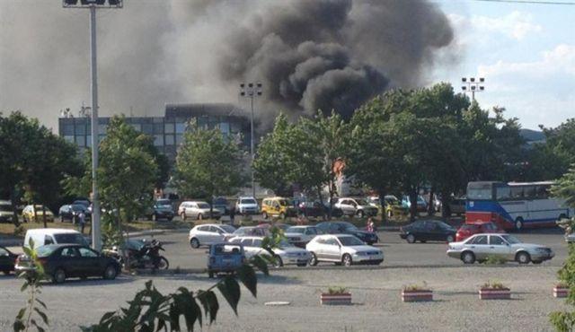 Kraftig røyk stiger opp fra eksplosjonsstedet på flyplassen.