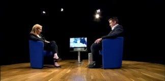 Suha Arafat (t.v.) under et intervju med Al Jazeera. (Foto: Al Jazeera)