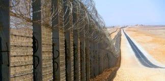 Grensegjerde mellom Israel og Egypt nord for Eilat. (Foto: Wikimedia Commons)
