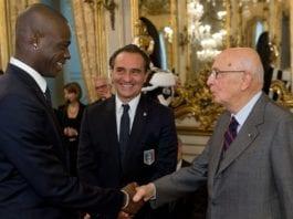 Mario Balotelli (f.v.) og Italia-manager Cesare Prandelli møtte landets statsminister Giorgio Napolitano, i november 2011. (Foto: Wikipedia)