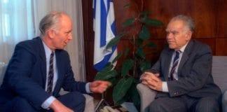 Daværende statsminister Yitzhak Shamir (t.h.) sammen med daværende norsk utenriksminister Thorvald Stoltenberg. (Arkivfoto: GPO)