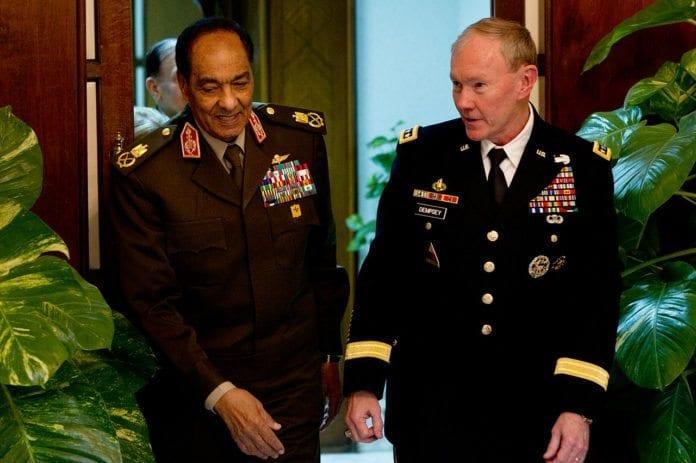 Den egyptiske forsvarssjefen Mohammed Hussein Tantawi (til venstre) fikk søndag sparken. Bildet er fra et møte med sin amerikanske kollega, Martin Dempsey (til høyre), tidligere i år. (Foto: Myles Cullen)