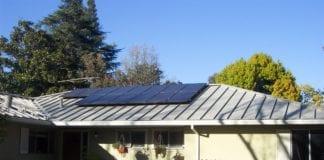Et såkalt PV-anlegg installert på et hustak i California. (Illustrasjon: Matt Montagne)