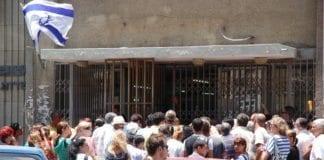 Kø utenfor kontoret til Israels jobbsøkertjeneste i Haifa i 2009. (Illustrasjon: David King)