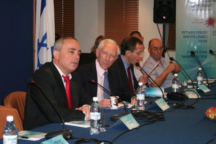 Israels finansminister Yuval Steinitz (t.v.), her med den israelske sentralbanksjefen Stanley Fischer ved sin side. (Foto: GPO)