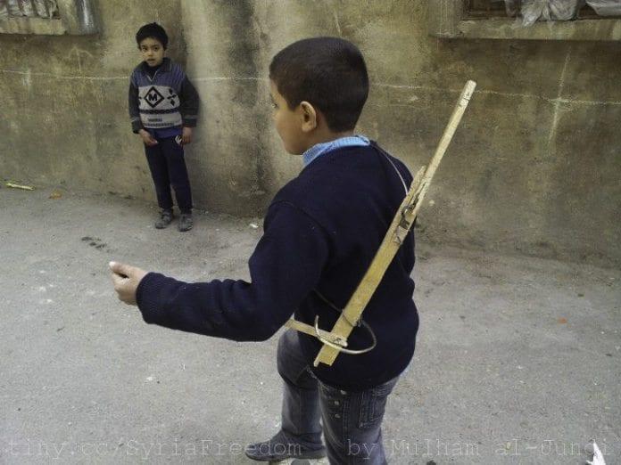 Gutter leker soldater i byen Homs i februar 2012. (Foto: Mulham al-Jundi, flickr.com)