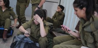 Ferske israelske rekrutter sender en siste tekstmelding hjem før de får beskjed om å slå av sine private mobiltelefoner. (Illustrasjon: IDF)