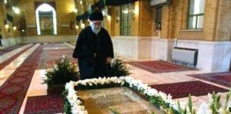 """Ayatollah Ali Khamenei med graven til """"martyrene"""" som døde under krigen mellom Iran og Irak i perioden 1980-1988. (Foto: Wikipedia)"""
