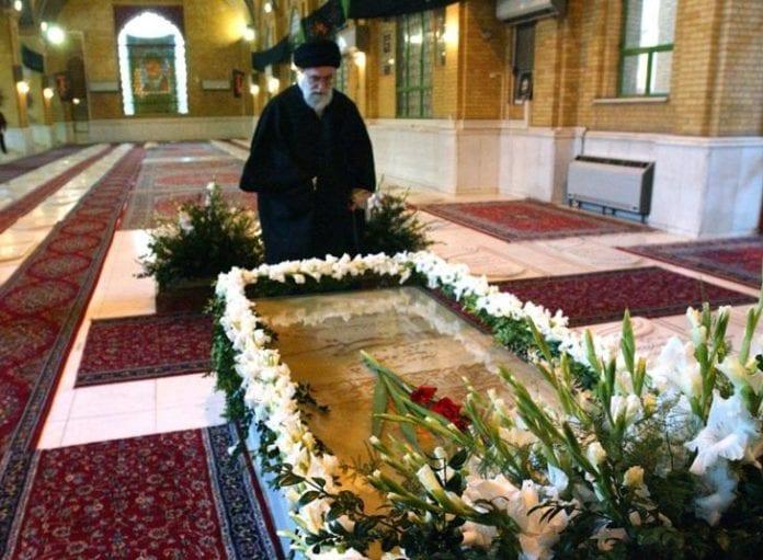 Ayatollah Ali Khamenei med graven til