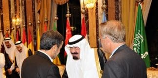 Saudi Arabias kong Abdullah hilser på Irans president Mahmoud Ahmadinejad under toppmøtet i Mekka. (Foto: Reuters/Handout)