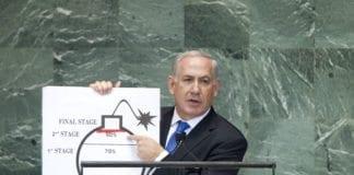 Statsminister Benjamin Netanyahu hadde med seg en illustrasjonsskisse på scenen, da han talte for FNs generalforsamling 27. september 2012. (Foto: J. Carrier, UN Photo)