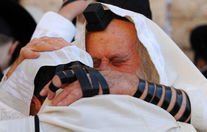 To ortodokse jøder ber en av Slichot-bønnene ved Vestmuren. Det er tilgivelses- og omvendelsesbønner som blant annet leses i dagene før Yom Kippur. (Foto: GPO)