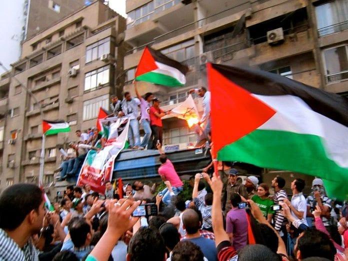 Et israelsk flagg blir brent utenfor den israelske ambassaden i Kairo 15. mai 2011. (Illustrasjonsfoto: Gigi Ibrahim, Wikimedia Commons)