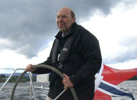 Ambassadør Michael Eligal stortrivdes i seilbåt på Oslofjorden. (Foto: Ambassaden)