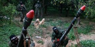 Palestinske terrorister avfyrer raketter mot Israel.