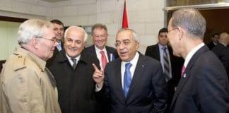 Salam Fayyad snakker med FN-representanter før et møte i Ramallah. (Foto: Eskinder Debebe, FN)