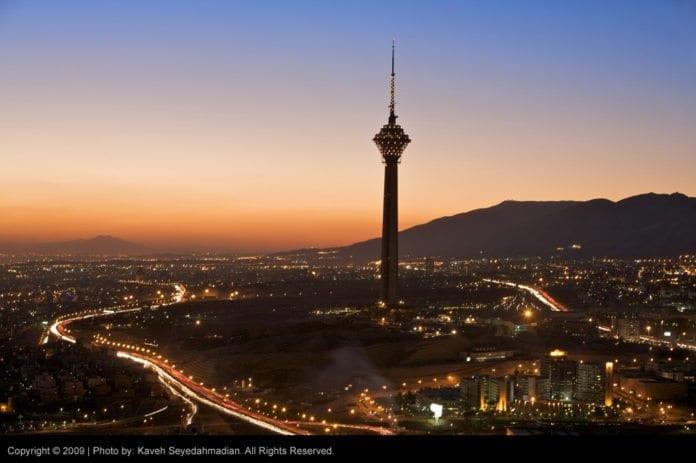 Natt i Irans hovedstad Teheran (bildet) og natt over Irans nasjonale økonomi for øyeblikket. (Foto: Sam Anvari)