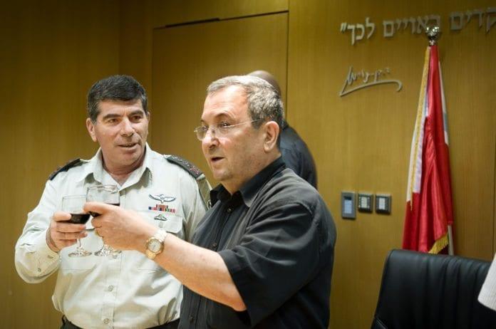 Forsvarsminister Ehud Barak (f.h) og tidligere forsvarssjef Gabi Ashkenazi. (Foto: IDF)