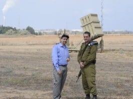 USAs Israel-ambassadør Dan Shapiro (f.v.) sammen med israelsk offiser Elad Tzinman, på besøk ved at av Israels Iron Dome-batterier. (Foto: Den amerikanske ambassaden i Tel Aviv)
