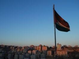 Det palestinske flagget vaier over Ramallah. (Foto: Kate Nevens)