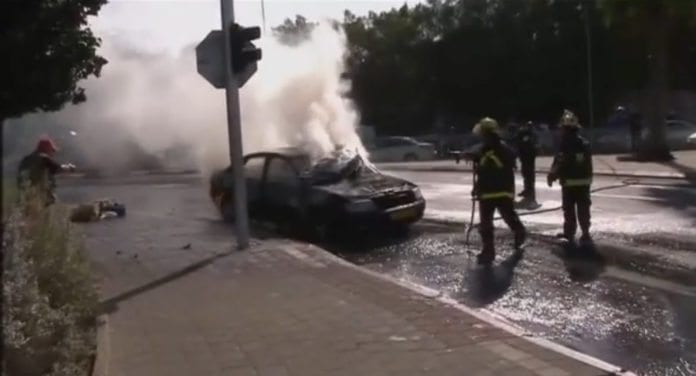 Omkring klokken 16 israelsk tid søndag 18. november ble en bil i Ofakim truffet av en rakett. Minst to personer ble skadet.