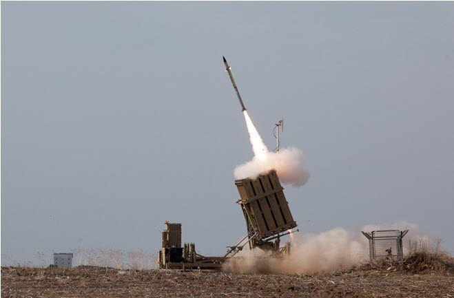 En Iron Dome-rakett blir avfyrt for å tilintetgjøre en terrorrakett på vei mot Ashdod. (Foto: IDF)
