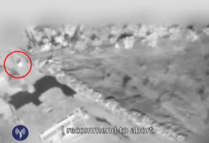 En video fra IDF viser hvordan et luftangrep mot en bygning blir avbrutt fordi to personer går forbi på veien.