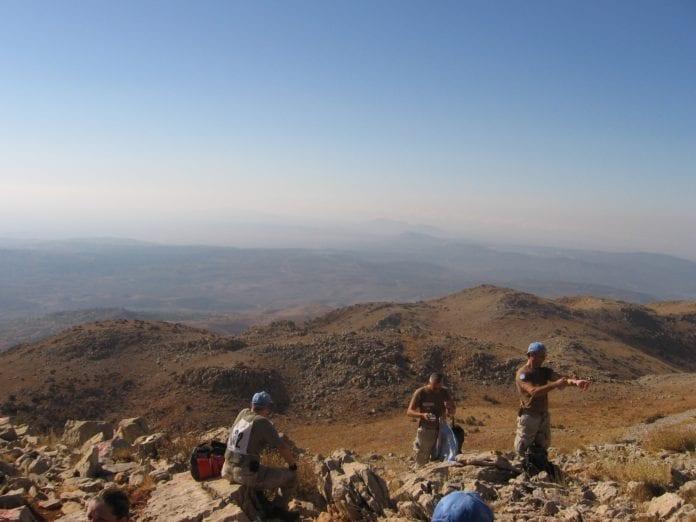 UNDOF-soldater på tur i Golan-høyden, med utsikt over Syria. (Foto: Peter Roffey)
