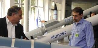 USAs ambassadør Dan Shapiro (t.h.) får omvisning hos den israelske militærprodusenten Rafael, som har stått bak utviklingen av Davids slynge-systemet. (Foto: Den amerikanske ambassaden i Tel Aviv)