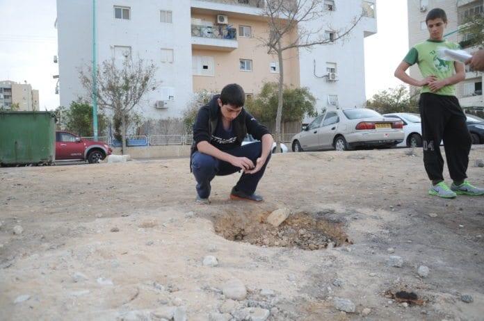 En rakett fra Gaza-stripen var svært nær å treffe boligblokker i Kiryat Malachi, den 16. november 2012. (Foto: IDF)