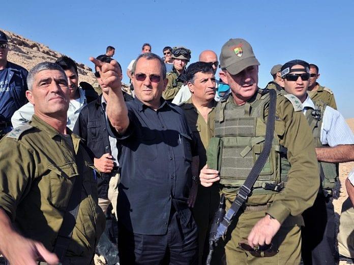 Forsvarsminister Ehud Barak (midten) er akkurat nå en av Israels største helter. (Foto: Ha'atzmaut)
