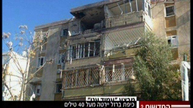 Skjermdump fra israelsk tv som viser skadene på boligen i Kiryat Malakhi.
