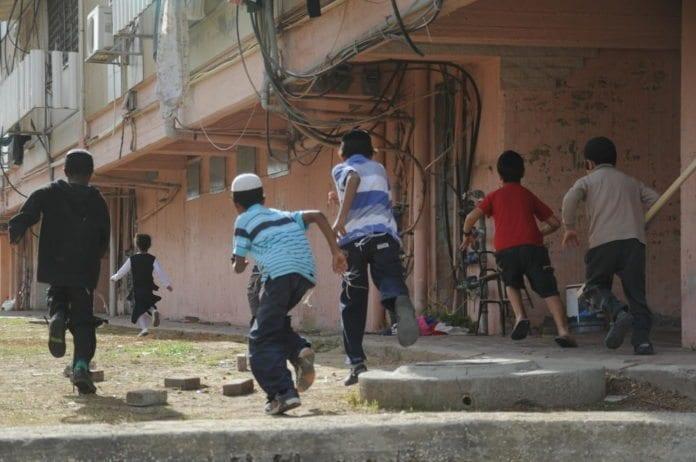 Barn løper mot tilfluktsrommet i byen Kiryat Malachi, hvor tre israelere ble drept i rakettangrep fra Gaza i november 2012. (Foto: IDF)