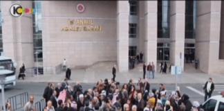 Demonstranter utenfor rettssalen i Istanbul. (Skjermdump fra Kanal10)