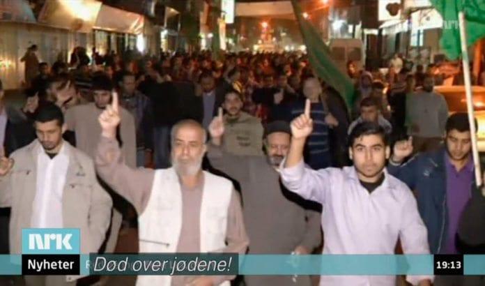 Skjermdump fra NRK Dagsrevyen onsdag 14. november 2012. Innslaget inneholdt dessverre flere feil og mangler, men avdekket til slutt intensjonen til Hamas-bevegelsen i disse demonstrantenes kamprop.