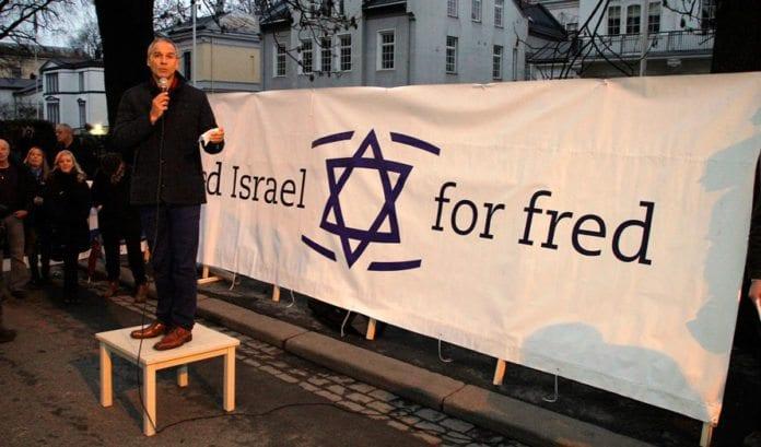 Hans Olav Syversen, parlamentarisk leder i KrF, taler på MIFFs støttemarkering for Israel i Oslo lørdag 24. november 2012. (Foto: Atle Hansen, MIFF)