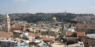 Den historiske Gamlebyen i Jerusalem ligger plassert øst i byen og er et diplomatisk minefelt i fredsforhandlinger mellom Israel og palestinerne. (Illustrasjon: Brian Negin)