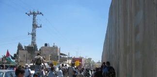 Demonstrasjoner mot sikkerhetsbarrieren i det palestinske nabolaget A-Ram i Øst-Jerusalem. (Foto: flickr.com)