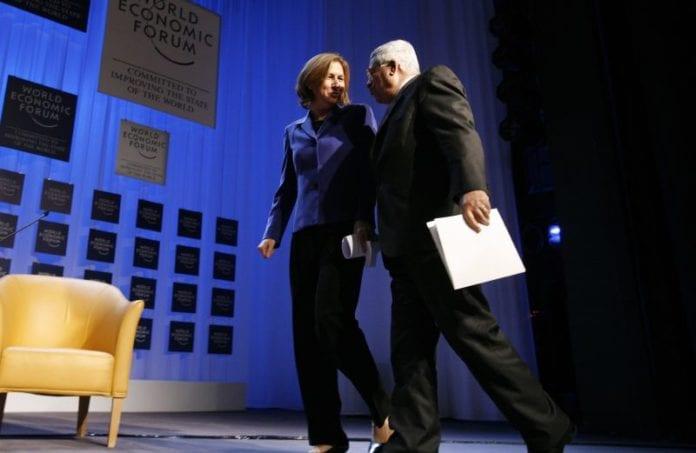 Tzipi Livni (t.v.) ringte torsdag PA-president Mahmoud Abbas (t.h.) for å takke ham for å ha kritisert Hamas-leder Khaled Mashaals uttalelser om å utslette Israel. (Foto: WEF)