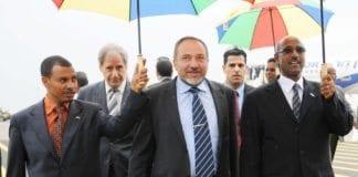Israel Beiteinu-leder Avigdor Lieberman går på tynn juridisk is om dagen og risikerer opp til tre års fengsel for korrupsjon og tillitsbrudd. Her under et statsbesøk i Addis Abeba fra sin tid som utenriksminister. (Foto: GPO)