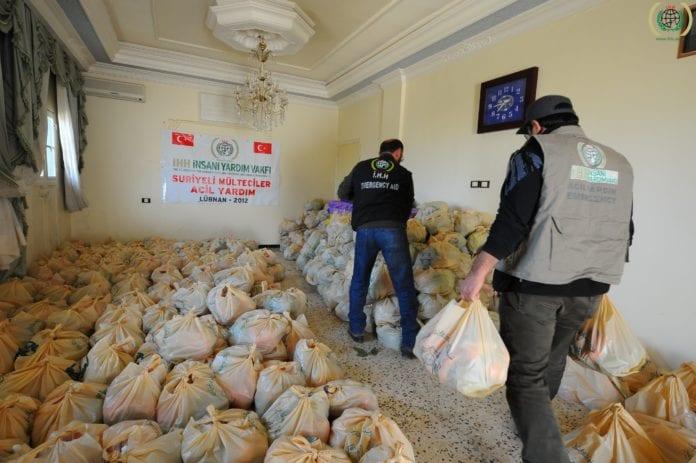 Nødhjelpsmat til flyktninger nær grensen mellom Syria og Libanon. (Illustrasjon: IHH)