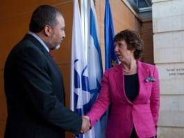 """Utenriksminister Catherine Ashton (til venstre) og hennes """"arbeidsgiver"""" EU vil trolig legge større press på Israel i 2013, mener utenriksdepartementet. Her håndhilser hun på Israels tidligere utenriksminister Avigdor Lieberman. (Foto: EUs utenriksdepartement)"""
